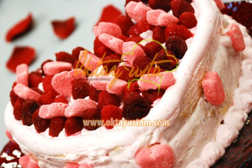 Oktay Usta Frambuazlı Kalp Pasta